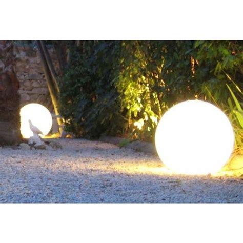 Les boules lumineuses décoratives pour votre jardin, ambiance chaleureuse et moderne