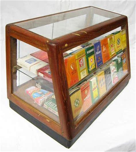 Lemari Kaca Rokok etalase pajangan rokok barang antik klasik