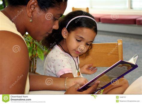 libreria bambino bambino in libreria fotografia stock immagine di scuola