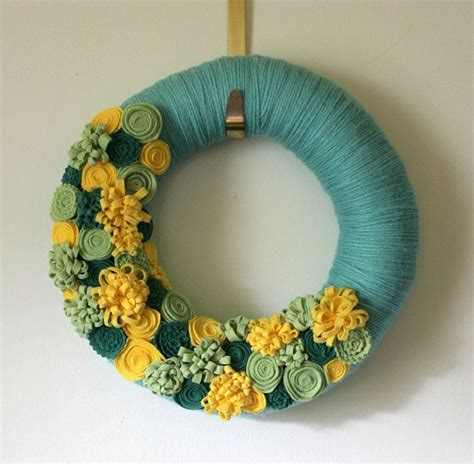 27 best images about yarn wreaths are awesome on summer wreath felt flowers and felt