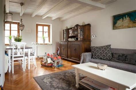 das wohnzimmer ist  einem mix aus erbstuecken und neuen
