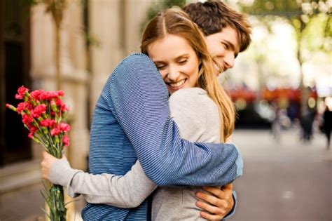 how to cuddle with your girlfriend on the couch how to hug a girl romantically