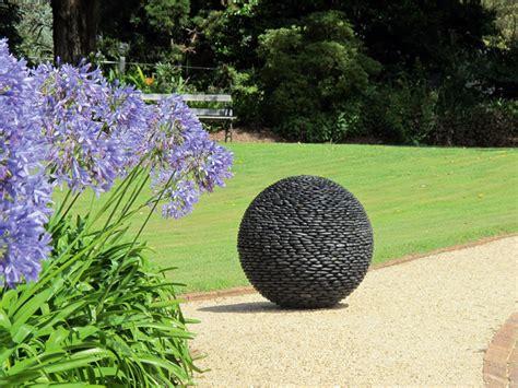 gartenskulpturen modern planet skulptur modern gartenskulpturen