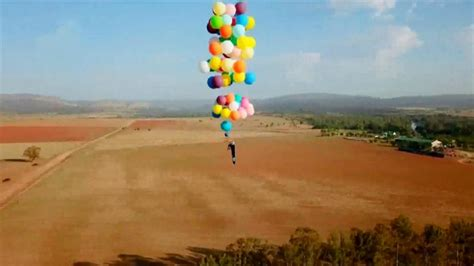 el globo aventurero margaret v 237 deo aventurero flota en el aire con 100 globos y una silla hispantv