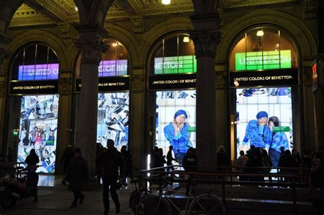 digital window videos benetton s live window displays vogue it