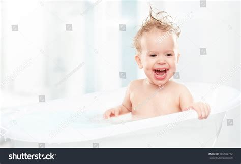 baby in bathtub laughing at dog baby laughing at in bathtub 28 images hilarious
