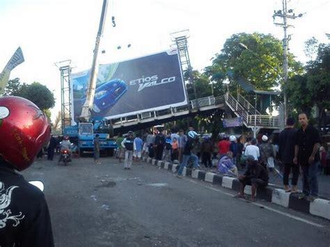 detiknews kecelakaan maut evakuasi bangkai mobil kecelakaan maut semarang dipadati