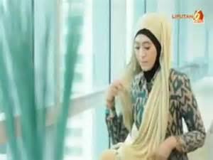 tutorial jilbab glitter cara memakai jilbab pashmina glitter untuk wisuda youtube