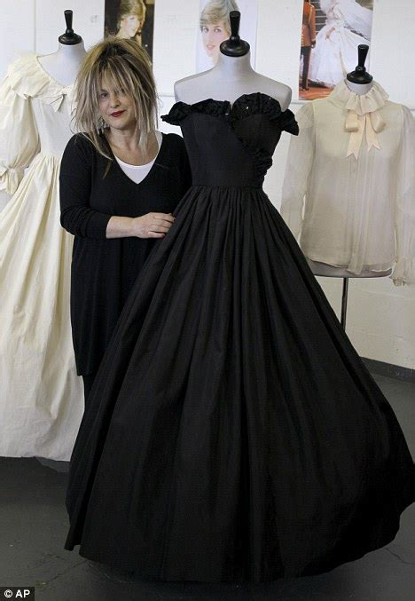 Dianas Dress Sells For 60000 by Diana S Engagement Dress Sells For 163 192 000 Daily Mail