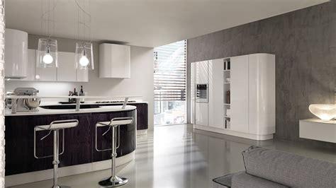 la cucina di soggiorno con cucina a vista schermata da bancone