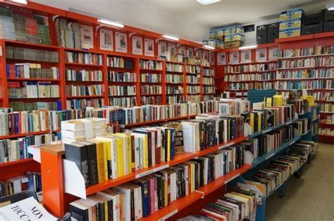 libreria croci il profumo kebab sostituisce quello dei libri chiude