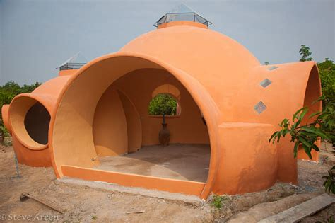 low cost homes to build steve areen builds a dome home in 6 weeks for 9 000 dollars