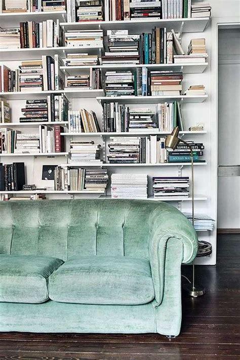 libreria dietro divano idee per come arredare la parete divano foto design mag