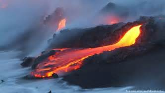 haus auf hawaii vulkanausbruch brennendes haus auf hawaii alle