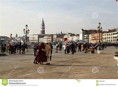 fotos venecia invierno calle de venecia en invierno durante el carnaval imagen de