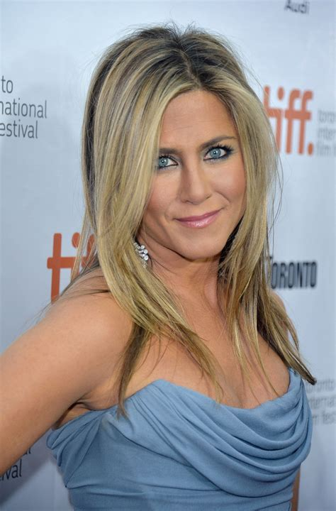 Soerna A Platinum Leaf Skm aniston wore a blue smoky eye like out in
