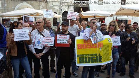 etruria perugia etruria risparmiatori di arezzo protestano a perugia