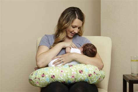 cuscino allattamento posizioni come usare il cuscino da allattamento mamma felice
