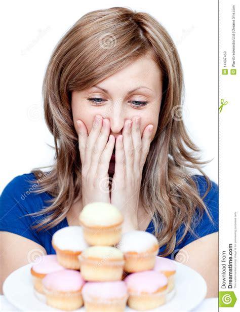 imagenes mujer alegre mujer alegre que come una torta im 225 genes de archivo libres