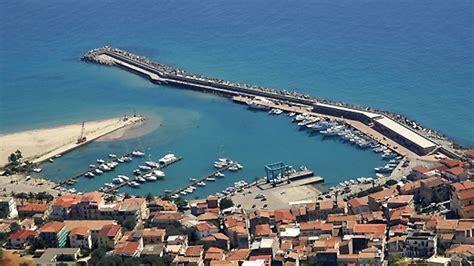 porto marina di camerota camerota barcaioli abbandonano rifiuti sul porto il
