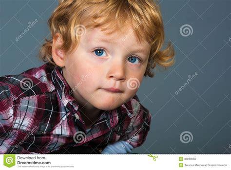 imagenes de niños ojos azules retrato del ni 241 o rubio lindo con los ojos azules que