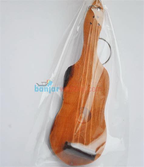 Souvenir Ganci Gitar Kayu souvenir gantungan kunci gitar kayu gk 06 banjar wedding banjar wedding
