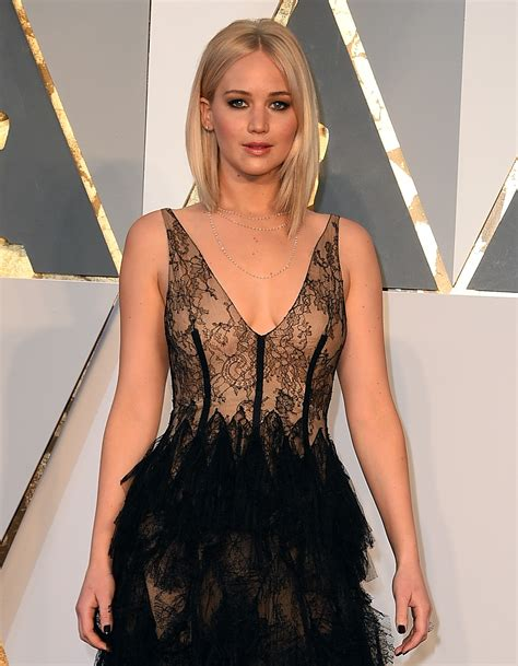Jennifer Lawrence Wears Stunning Dress on Oscars 2016 Red Carpet   Oscars 2016 News   88th