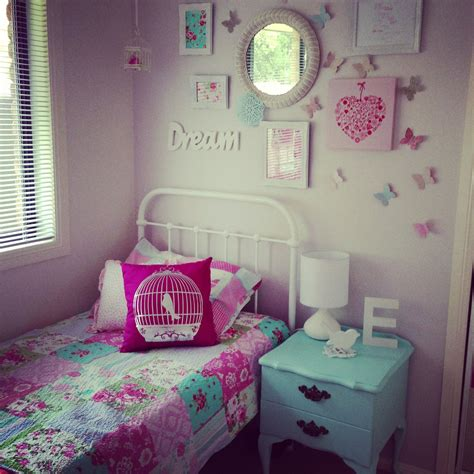 girls room decor    wall   bed