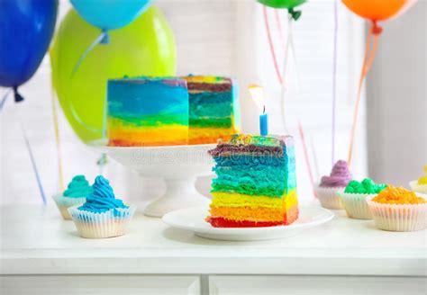 torta de cumplea 241 os con las velas del cumplea 241 os torta del arco iris adornada con la vela del cumplea 241 os