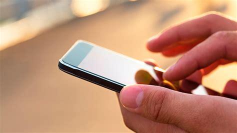 persona con movil noticias en tendencias el excesivo uso del celular y la