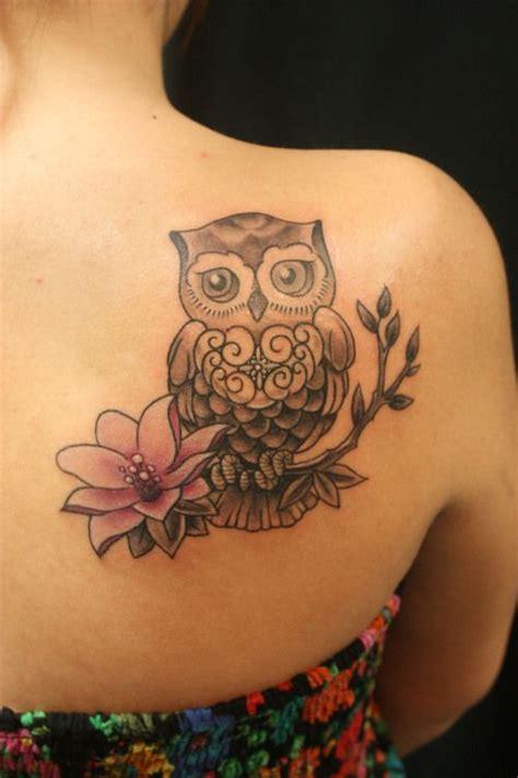 fiori sulla spalla tatuaggio femminile sulla spalla gufo con fiore the