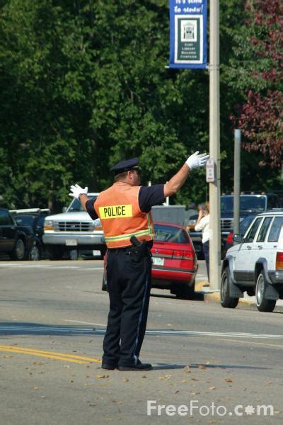 policeman directing traffic pictures   image     freefotocom