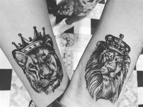 couple tattoo lion and lioness farbe ihre liebe mit diesen kreativen paar tattoos