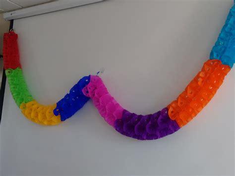 como hacer cadenas de corazones con papel crepe como hacer cadenas de papel papel picado gusano o tira de