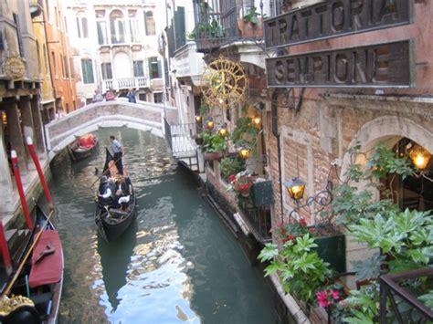 tassa soggiorno venezia venezia a pagamento i turisti diventano mecenati della