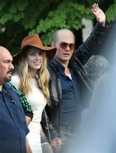 Johnny Depp Wears A Wig In Public New Photo Shows   johnny depp wears a wig in public new photo shows