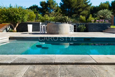 margelle de piscine en naturelle travertin gris carrelage et salle de bain la seyne var