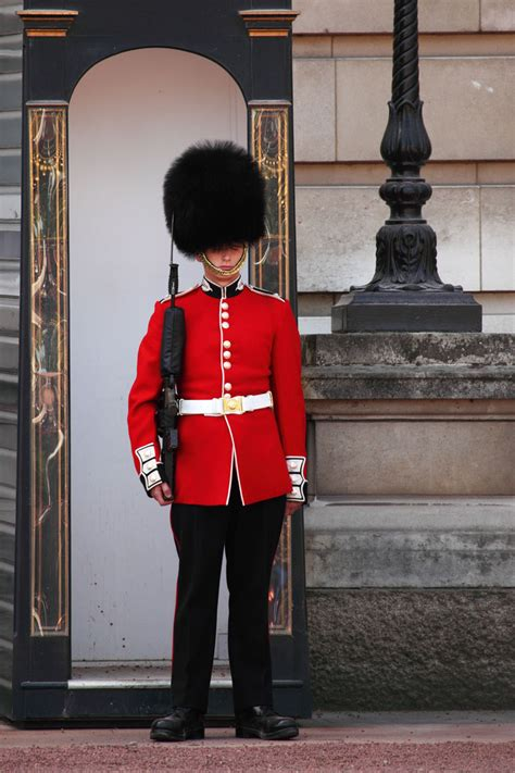 how to a to be a guard the gallery for gt buckingham palace guards smile