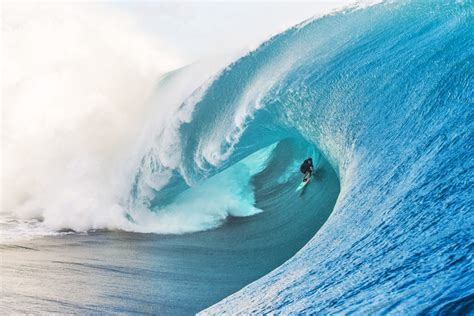 keala kennelly survives one of heaviest waves of the year