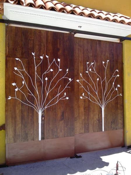 foto zaguan en madera  bastidor de herreria  diseno