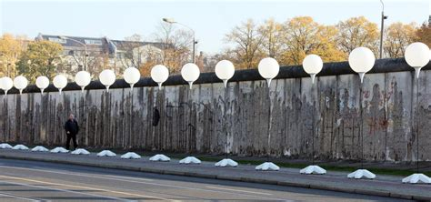 palloncini illuminati muroberlino 25 8mila palloncini illuminati lungo