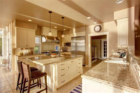 piastrelle in granito grande stanza di lusso della cucina nei colori beige con i