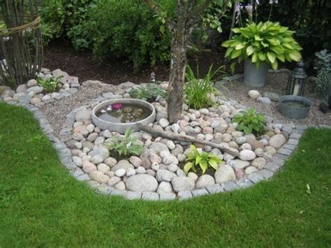 garten mit böschung garten gestaltungsideen steine wasser mini reich pflanzen