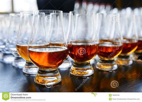 sta su bicchieri vetro whisky o cognac in bicchieri da fotografia stock