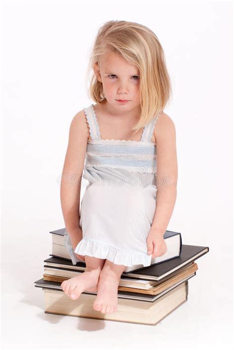 libro mauvaises filles portraits petite fille boudante dans sa chemise de nuit image stock image 34468527