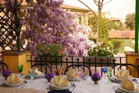 terrazze in fiore tavolo sulla terrazza con glicine in fiore picture of la