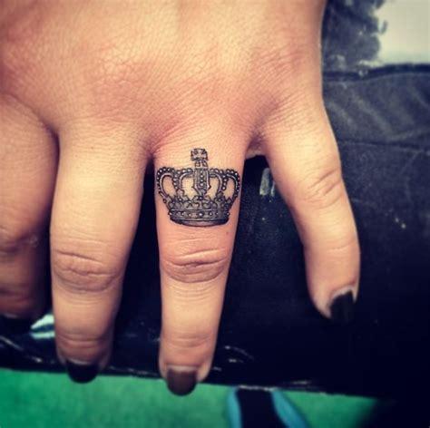 tattoo finger krone die besten 17 bilder zu tattoos auf pinterest katzen