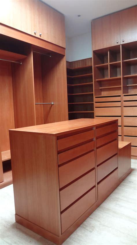 vestidor con isla vestidor en madera cedrillo con isla central y espacio