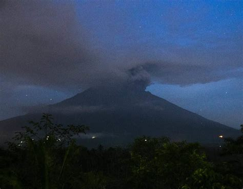 batik air volcano volcano erupts again in indonesia s bali