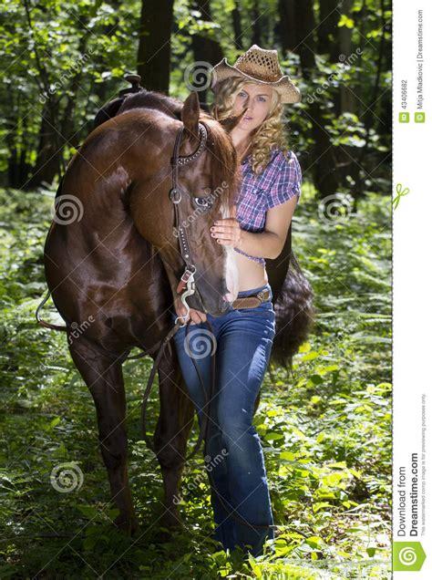 imagenes de vaqueras y caballos vaquera con el caballo en bosque foto de archivo imagen